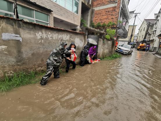 """迎战台风""""烟花""""!杭州纪检监察干部在行动"""